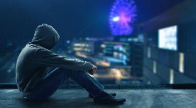האקר יושב על גג בנין