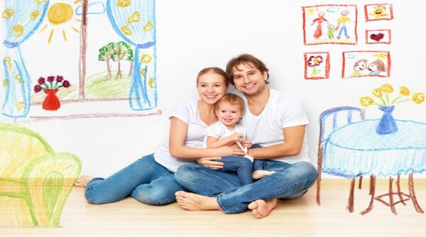 הורים וביתם התינוקת בחדר ילדים